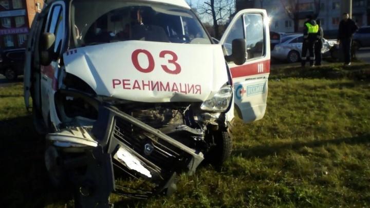 «Серьезно пострадали врачи»: в Тольятти иномарка влетела в карету скорой помощи