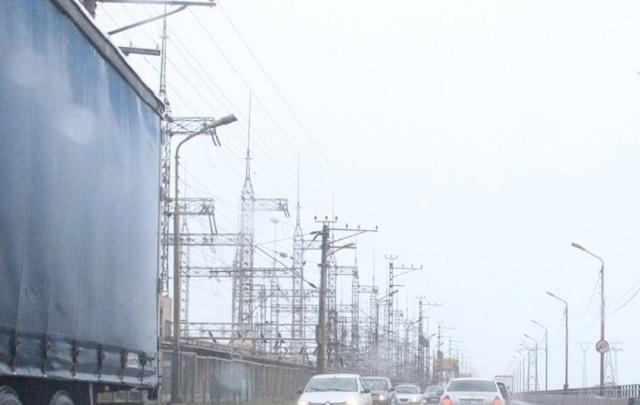 Волжская ГЭС встала в огромную пробку: движение затруднено в обе стороны
