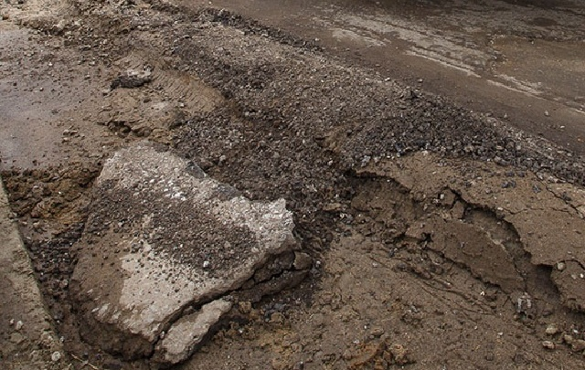 В Волгограде пассажирка угодившего в дорожную яму мотоцикла упала на асфальт