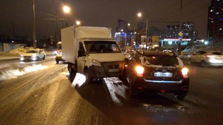 «Водитель завис»: на Московском шоссе грузовик врезался в Subaru