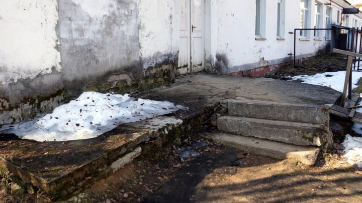 Проверка в шоке: пациентов в фельдшерском пункте лечили среди грибка