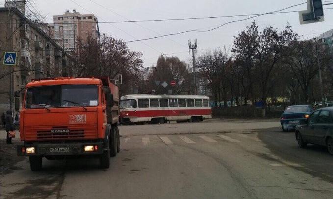 Выбил стекло и оторвал кусок корпуса: в Самаре КАМАЗ протаранил трамвай