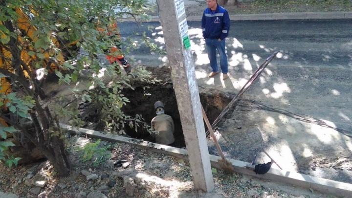 В центре Ростова из-за прорыва труб раскопали новый асфальт