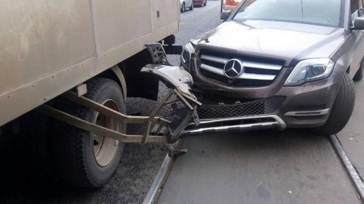 Водитель «Мерседеса» влетел в фургон  на Галактионовской и парализовал движение трамваев