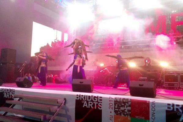 Яркое шоу на Театральной площади