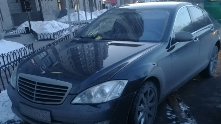Mercedes с омскими номерами припарковали на тротуаре у остановки в центре Тюмени
