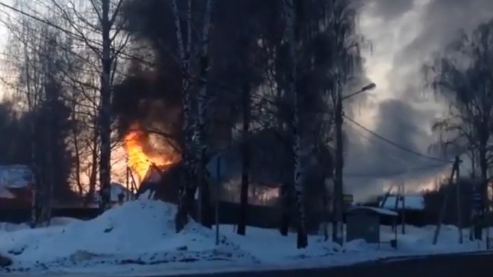 Дым над Резинотехникой: в Ярославле загорелся частный дом