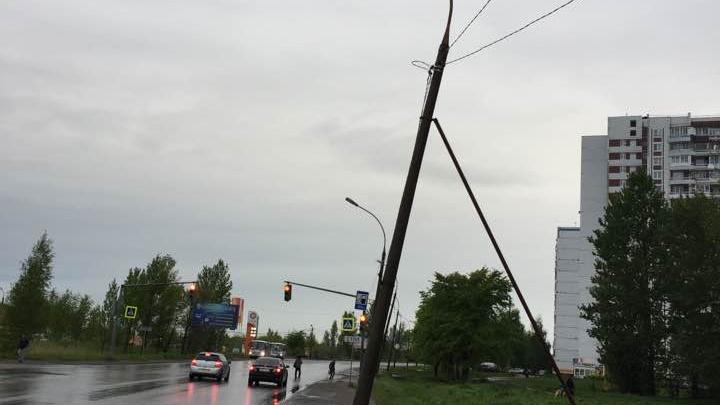 Падающему фонарному столбу в Ярославле поставили подпорку: фото