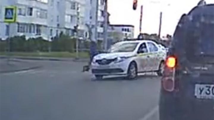 В Рыбинске такси на переходе сбило женщину