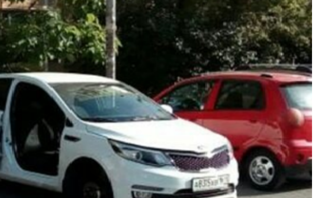 На Болгарстрое оставили без колес и двери KIA