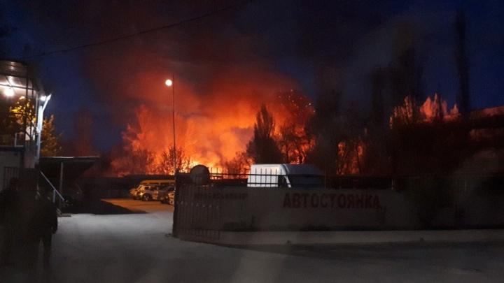 На юге Волгограда рядом с моргом поднялись столбы дыма