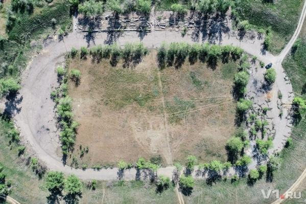Обломки и поле с проплешинами — все, что осталось от стадиона «Азот»