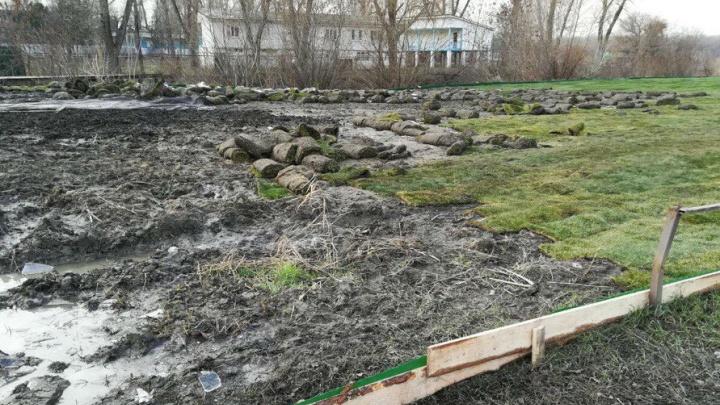Газон на левом берегу Дона уложили прямо на грязь и ямы