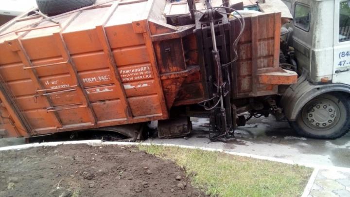 В Тольятти мусоровоз провалился колесом под асфальт