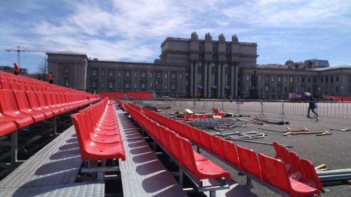 Сцена и трибуны: площадь Куйбышева готовят к предстоящим праздникам