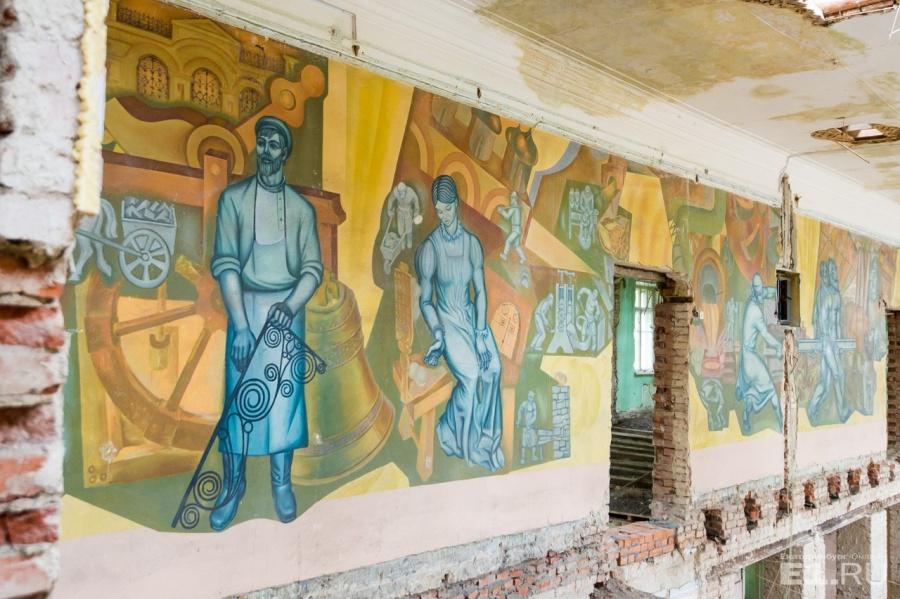 Советские рисунки на стенах во время ремонта закрасят, так что мы их сфотографировали на память.