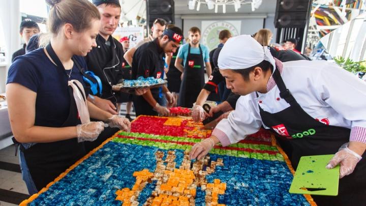 Волгоградские суши-повара выложили герб города из двух тысяч роллов