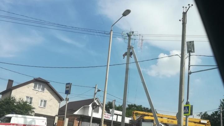 Халатность или несчастный случай: в Ростове убило током электрика, забравшегося на столб