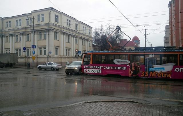 В центре Перми трамвай столкнулся с иномаркой