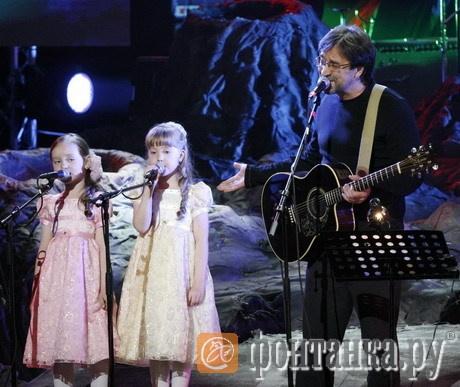 Аня и Юля Кокоревы и Юрий Шевчук