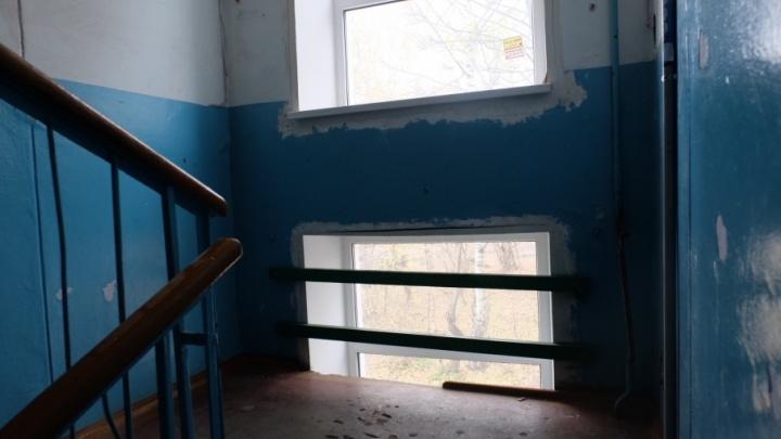 В подъезде дома в Перми после падения ребенка в оконный пролет установили ограждение