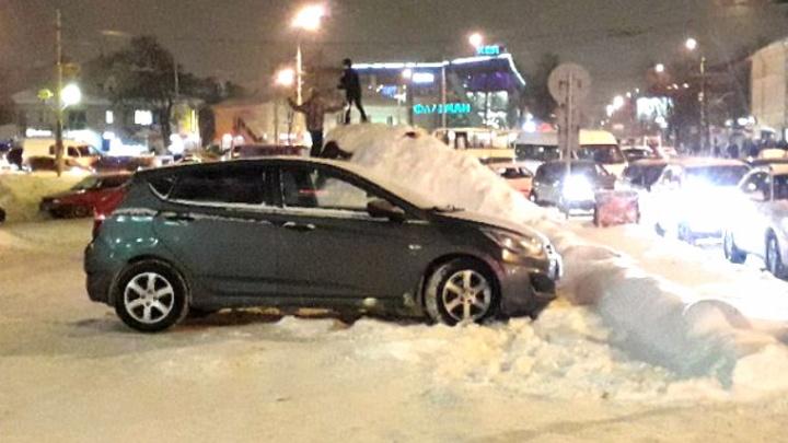 Опасные забавы: дети раскатали горку на снежной куче у дороги
