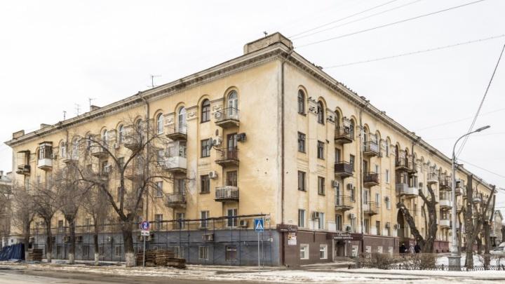 Соседей Дома Павлова в Волгограде заставят снять телетарелки и остекление с балконов