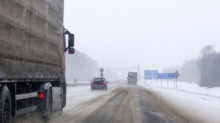 На ярославской трассе полицейские вытащили из кювета УАЗ и грузовик