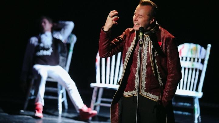 Моцарт в кроссовках и песни под гитару: в тюменском драмтеатре презентовали новый спектакль