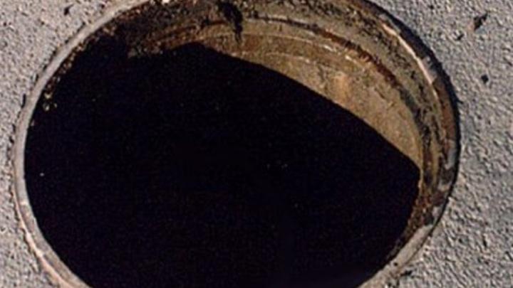 В Архангельске женщина украла канализационный люк, чтобы увезти его на дачу