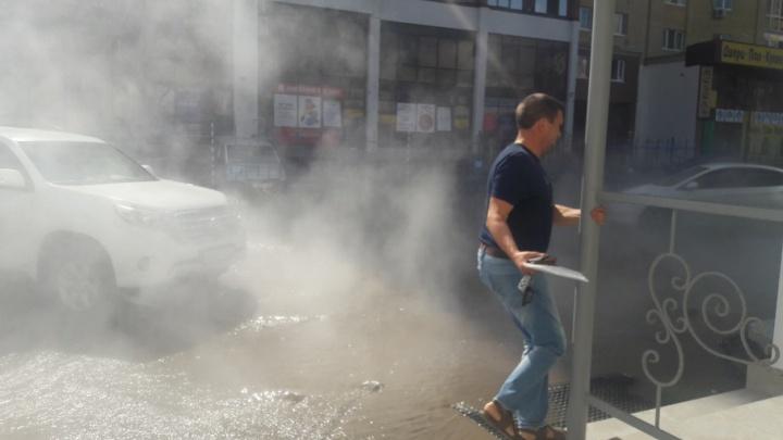 «Выбирались из офиса в резиновых сапогах»: у дома на Пермякова разлилось озеро из кипятка