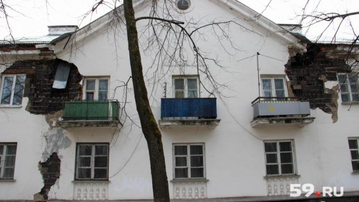 «Для нас это здание — часть семьи»: в Перми с жилого дома сыпятся кирпичи. Аварийным он не признан