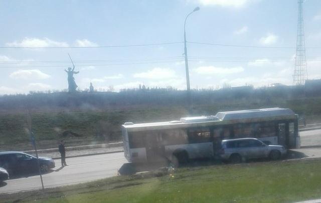 В Волгограде на Мамаевом кургане новый автобус «Питеравто» столкнулся с внедорожником