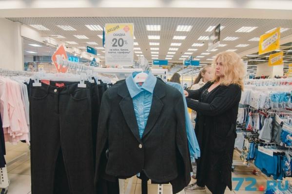 Продавцы школьной одежды уверяют: цены на блузки, кофты, брюки, сарафаны подниматься к 1 сентября не будут