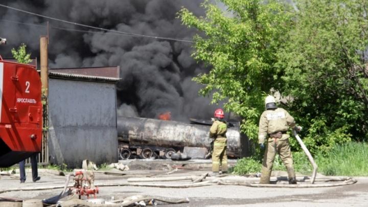 Три версии пожара на Промышленном проезде: почему рванули бочки с топливом