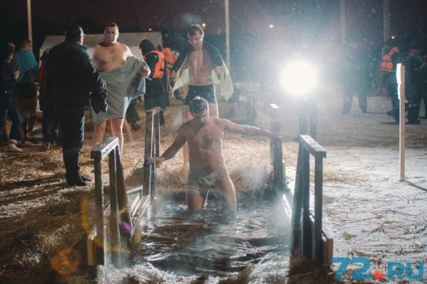 В ночном свете софитов тюменцы выглядят как голливудские звезды. Температура воды плюс пять градусов, воздуха - минус 22