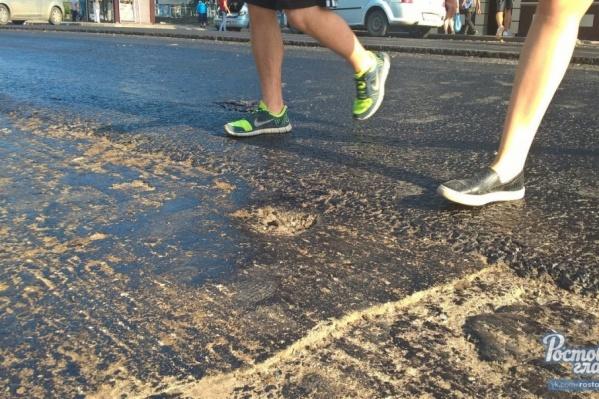 К горячему битуму приклеивалась обувь пешеходов