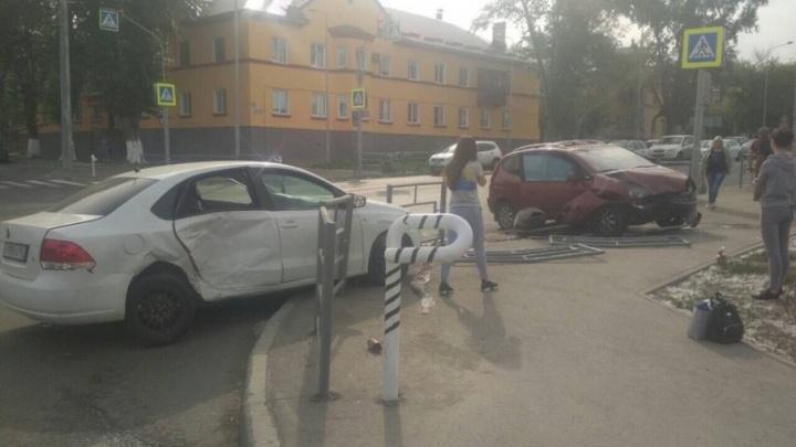 «Машины снесли ограждения»: на пересечении Луначарского и Мичурина столкнулись Chevrolet и Volkswagen