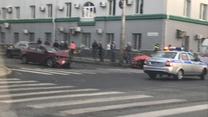 На пересечении Владимирской и Коммунистической столкнулись две легковушки, есть пострадавшие