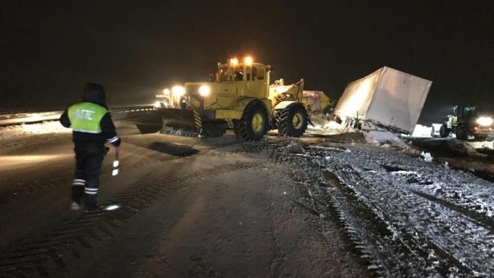 ЧП на М-5: инспекторы ДПС спасли дальнобойщика из снежного плена