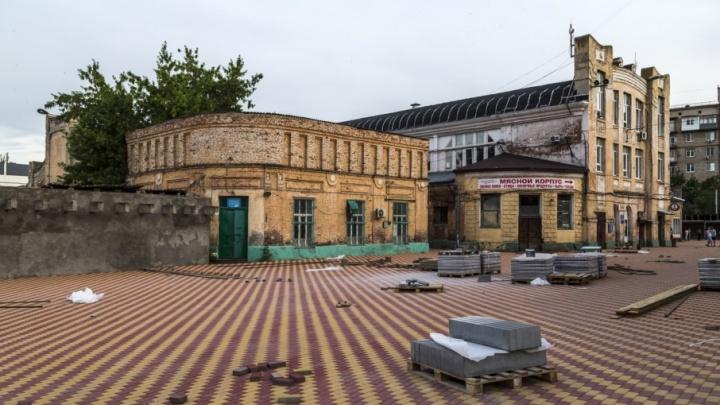 В Волгограде площадь перед Центральным рынком закрыли брусчаткой-«светофором»