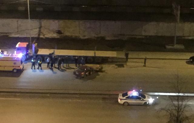 На улице Монтажников Honda врезалась в стоящий КАМАЗ
