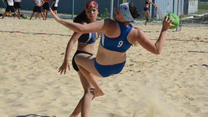 Волгоградки в купальниках побеждают на пляже в играх с мячом