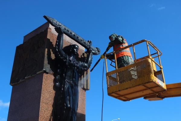 Сначала с монумента смывают грязь и пыль