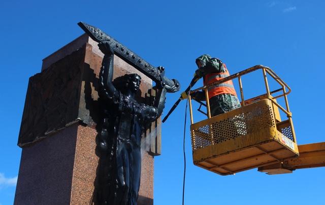 В Самаре на площади Героев 21-й Армии помыли несколько памятников