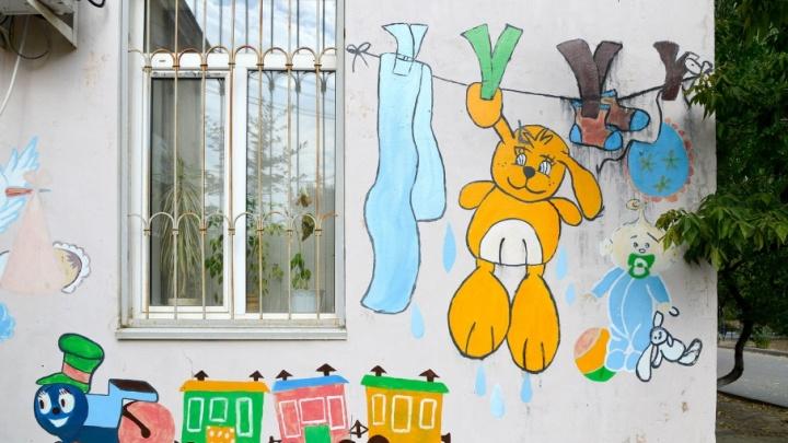 В Волгограде превратят в большую картину стены и заборы роддома №1