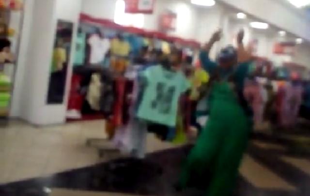 Покупательница устроила зажигательный танец в торговом центре Волгограда