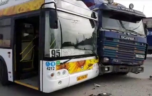 В Волгограде фура протаранила автобус «Питеравто»
