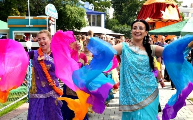Тюменский Арбат поздравил город песнями и танцами