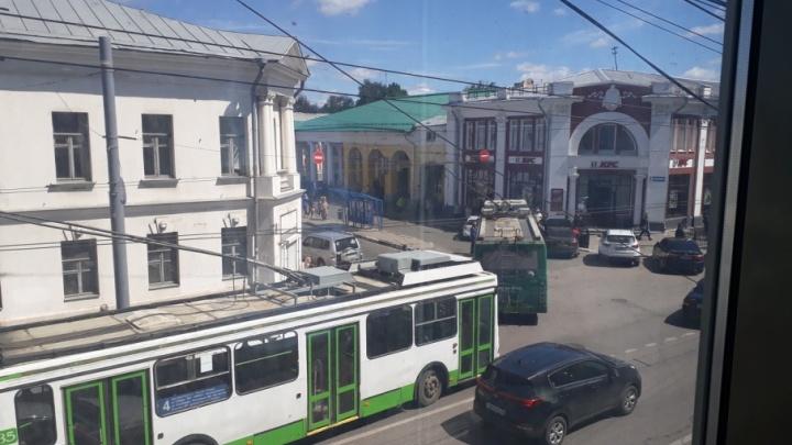 В центре Ярославля встали в пробку троллейбусы